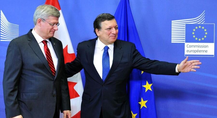 Jose Manuel Barroso byder Canadas premierminister velkommen. De to parter har indgået samhandelsaftale.