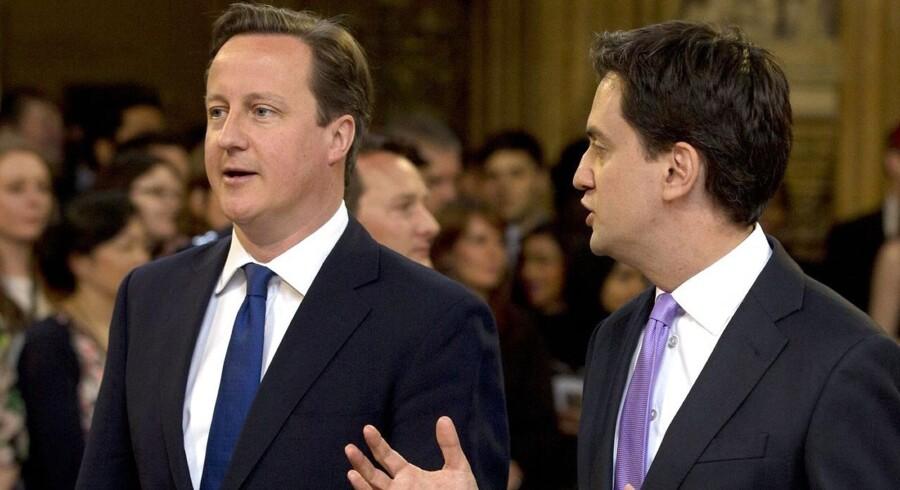Den britiske premierminister, David Cameron (t.v.), og lederen af oppositionen, Labour-formanden Ed Miliband, er ved at kridte banen op forud for næste valg.