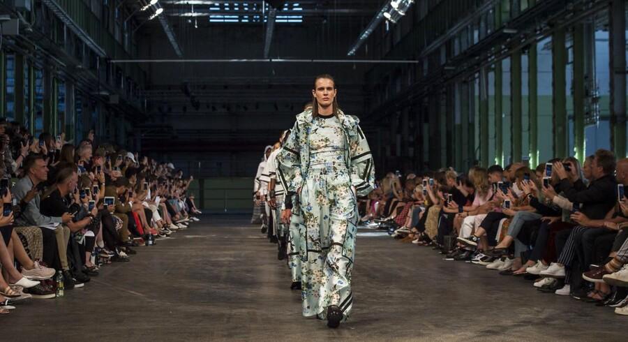 Copenhagen Fashion Week SS/18: Se billederne fra Astrid Andersens modeshow i Lokomotivaerkstedet i København. Blandt modellerne var sangerinden Mø.