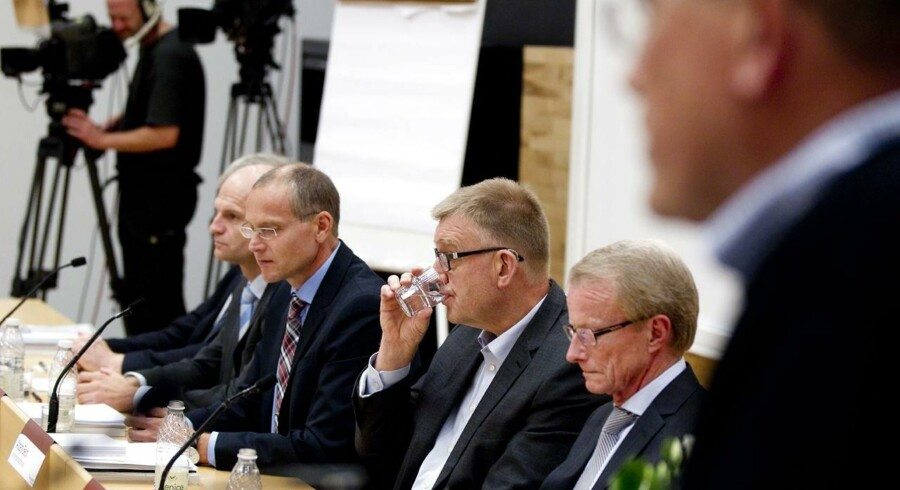 Minerne var alvorlige under pressemødet om fyringen af direktøren og krisen i Vestjysk Bank.