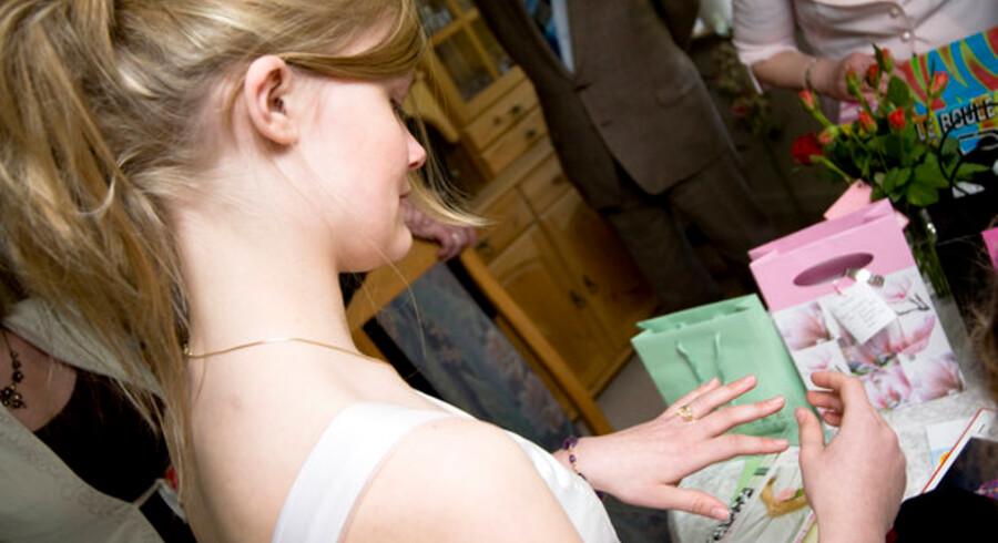 Smykker, kontanter eller en computer er typiske gaver til konfirmanden. En håndfuld aktier kan blive til en formue, inden teenageren bliver 18.
