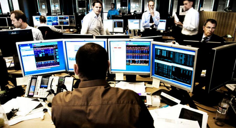 """Private investorer springer forskræmte væk fra aktiemarkederne under finanskrisen, selv om de ifølge Dansk Aktionærforening har """"en enestående mulighed for at lære af det, der er sket"""". Billedet er fra Nordeas aktiehandel."""