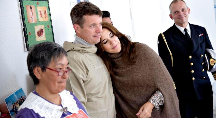 Kronprinsesse Mary hviler sit hoved på Frederik mens familien er på besøg ved Paamiuts familiecenter og forebyggelseskontor.