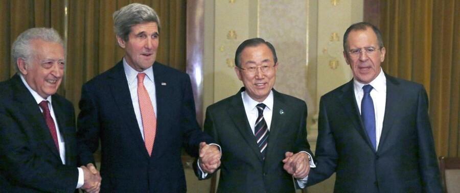 Inden forhandlinger for alvor var skudt i gang var der smil og holden i hånd blandt lederne. Fra venstre ses FN-udsending for FN og den Arabiske Liga, Lakhdar Brahimi, USAs udenrigsminister John Kerry, FNs generalsekretær Ban Ki-moon og Ruslands udenrigsminister Sergej Lavrov.