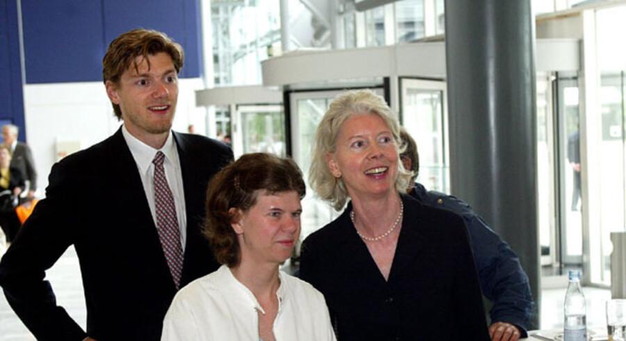 FJERDE GENERATION: Johan Pedersson Uggla sammen med sin mor, Ane Mærsk Mc-Kinney Uggla. I midten Ane Ugglas niece Cecilie  Arnesen.