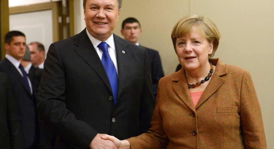 Tysklands kansler Angela Merkel giver hånd til Ukraines præsident Viktor Janukovitj under topmødet i Vilnius.
