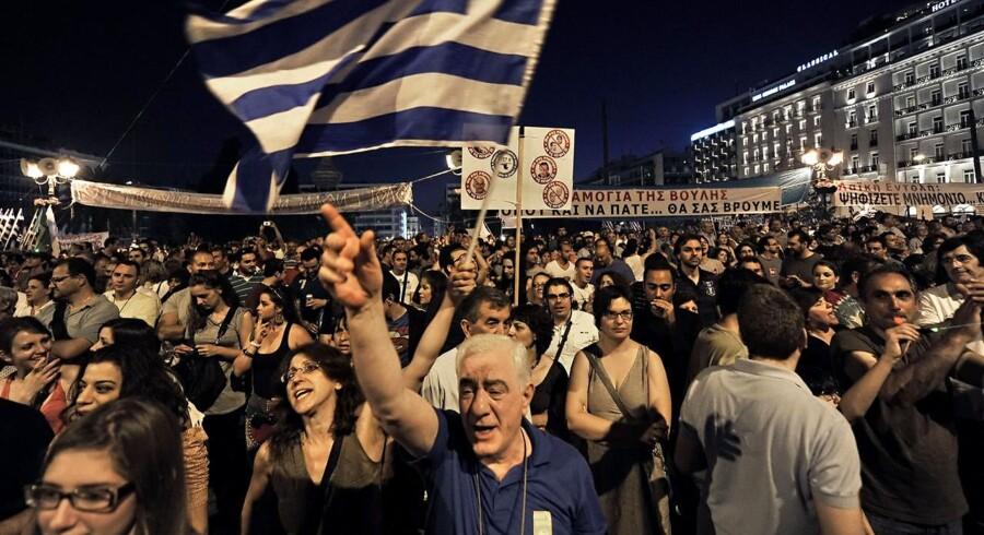 De seneste aftener har slaget stået uden for det græske parlament. Tirsdag aften rykker det indenfor, hvor premierministeren skal forsøge at undgå et mistillidsvotum.