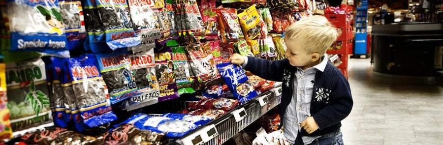 ARKIVFOTO. Detailhandlen er kynisk og gør ikke tilstrækkeligt for at højne folkesundheden hos danskerne, lyder budskabet fra fødevareminister Dan Jørgensen (S). Det handler blandt andet om den måde, butikkerne indretter sig på, og hvordan sunde og usunde varer præsenteres
