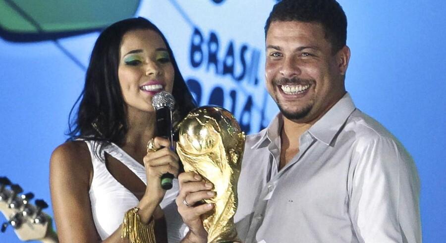 Den tidligere fodboldspiller, brasilianeren Ronaldo, holder her FIFA-trofæet. Hans udtalelser har skabt debat og forargelse i Tyskland.
