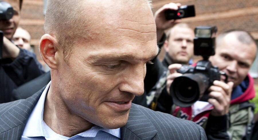 Stein Bagger, han forlader retten i Lyngby