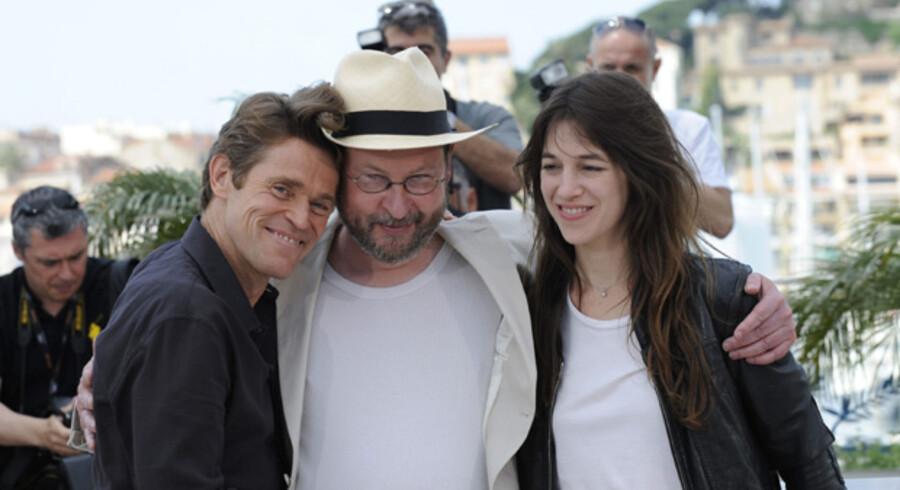 Lars von Trier mødte veloplagt op i hvid habit og stråhat, men blev alligevel synligt rystet, da pressekonferencen blev åbnet af en aggressiv engelsk journalist, der forlangte at få forklaret og retfærdiggjort filmens indhold.
