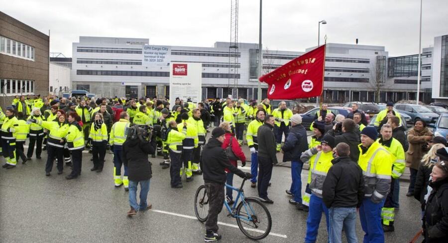 Mens lufthavnsansatte torsdag lammede trafikken, går de fleste vognmænd fri af strejken.
