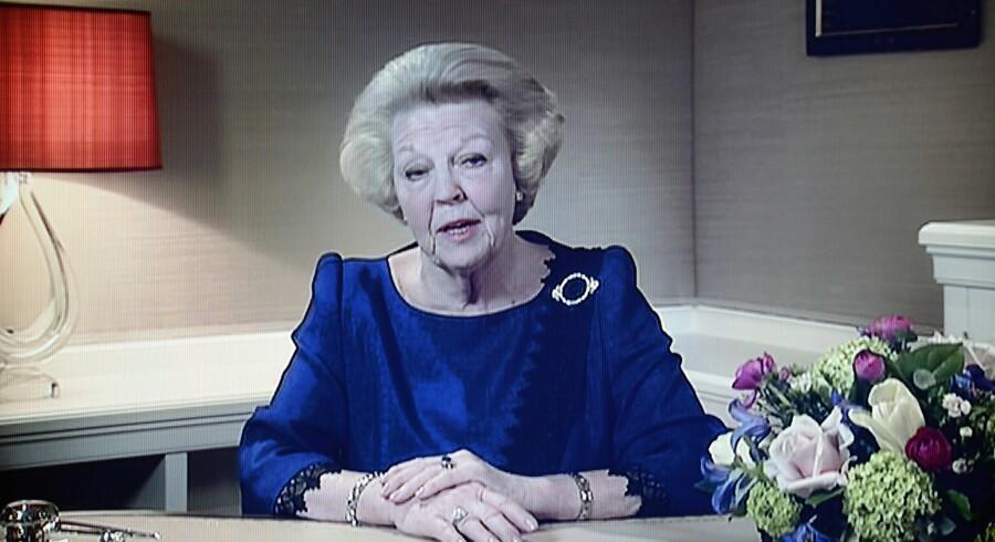 Et billede fra hollandsk TV, hvor Dronning Beatrix mandag aften annoncerede, at hun abdicerer fra den hollandske trone. Det sker 30. april 2013.