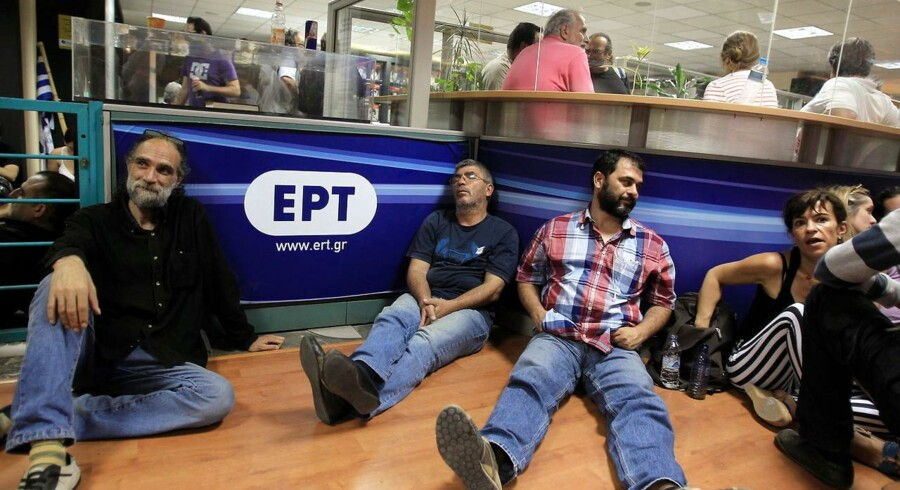 Ansatte på den græske statsejede TV-station, ERT, efter meddelelsen om at den lukker