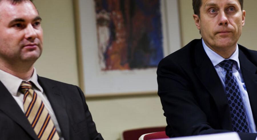 Talsmand for aktionærerne i bankTrelleborg, Jan Marcher (tv.), og advokat Eigil Lego Andersen (th.) er utilfredse med bankens behandling af aktionærerne. En hidtil hemmeligholdt rapport viser, at Sydbank har sparet næsten 250 mio. kroner på købet af aktier.