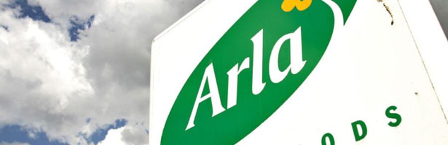 Arla Foods har henholdsvis et rødt og et grønt logo, der fra november erstattes af et nyt, hvor den grønne farve fastholdes. Samtidig vil Arla styrke den grønne profil, der også skal tilpasses kravene i andre lande.