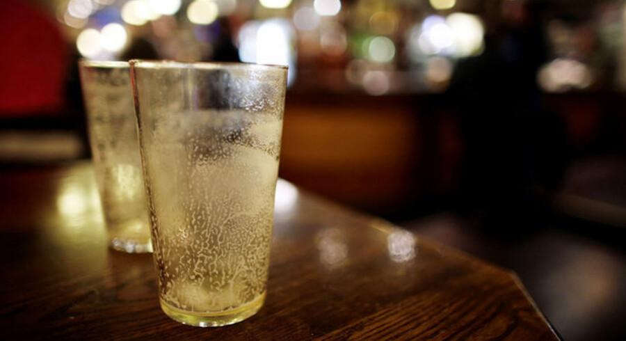 """Den britiske regering løfter mandag skatten på alkohol med otte procent, og forbyder desuden """"happy hours"""" og rabatter på pubberne."""
