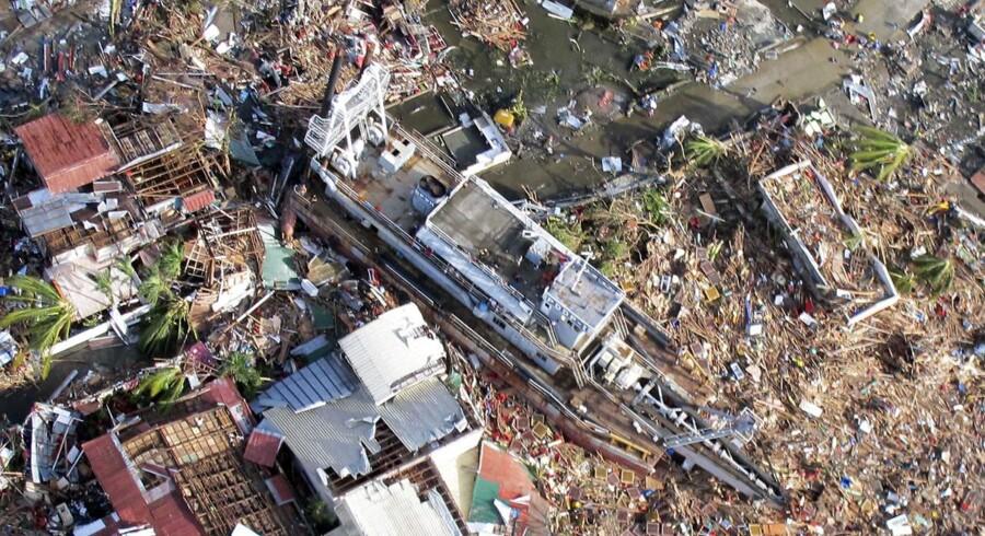 Det er svært for alvor at forstå de ødelæggelser, som tyfonen Haiyan har forårsaget i Filippinerne. Få et overblik og se det hele fra oven på disse skræmmende luftfotos.