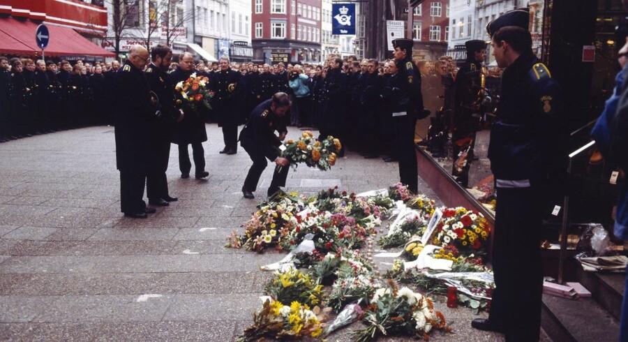 Søndag er det 25 år siden, Blekingegadebanden røvede postkontoret på Købmagergade og dræbte en ung politibetjent under flugten. Hvem der skød med det oversavede jagtgevær er aldrig blevet opklaret. Se billederne fra dengang. November 1988: Politifolk samlet ved blomster, der er lagt på Købmagergade til minde om den myrdede politibetjent, Jesper Egtved Hansen. Under Blekingegadebandens flugt fra Købmagergades Postkontor, blev Jesper Egtved Hansen skudt og dræbt af hagl i det ene øje fra fra et oversavet jagtgevær.