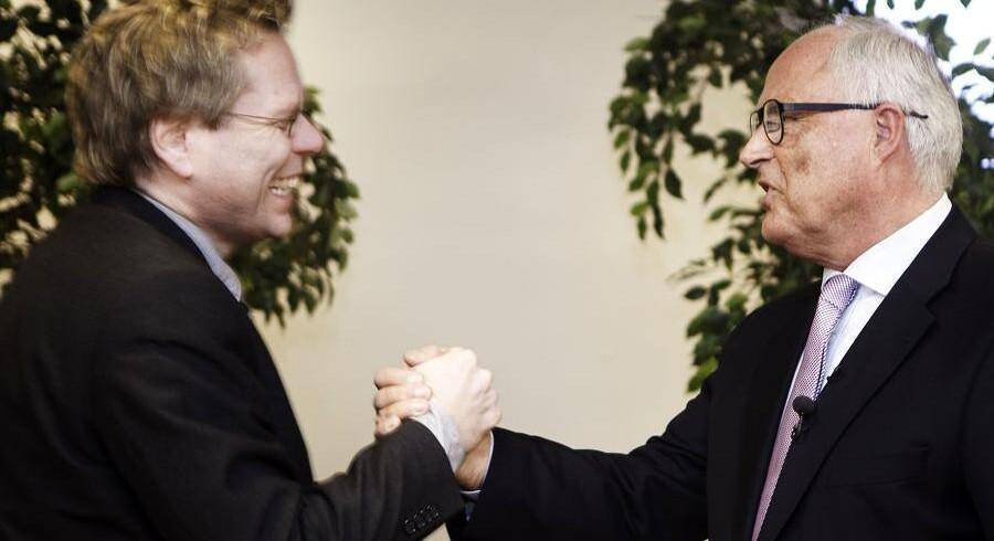 Billy Adamsen hilser på Flemming Østergaard ved dennes afskedsreception i Parken i april.