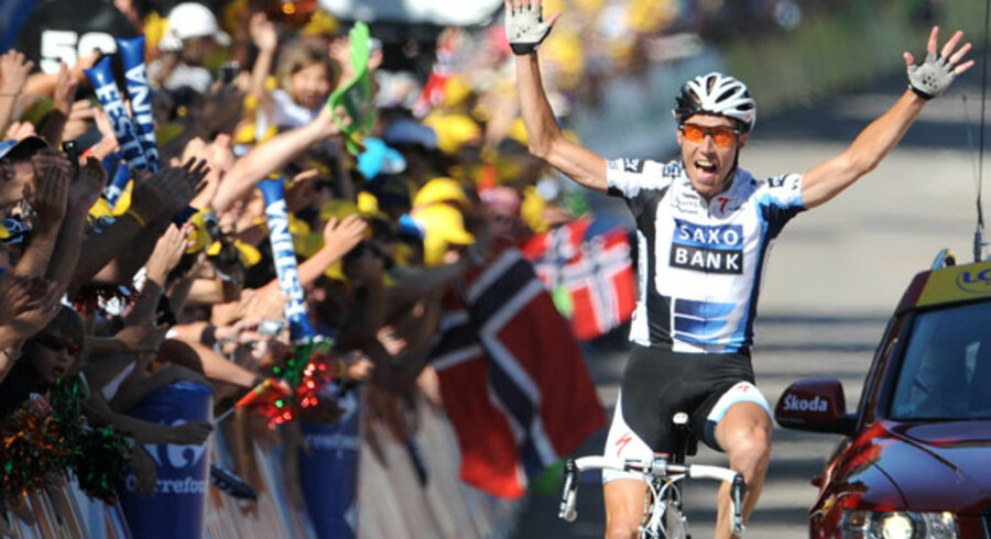 Det vakte jubel i Danmark, da den danske rytter Nicky Sørensen fra Team Saxo Bank vandt tolvte etape i årets Tour de France. Til gengæld er Saxo Bank langt fra med i førerfeltet, når det handler om at udvise social ansvarlighed i almindelig forstand. Faktisk har banken slet ikke formuleret en såkaldt CSR-politik.