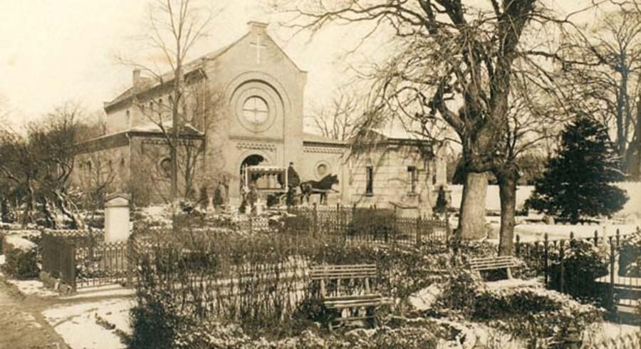 Kapellet på Assistens Kirkegård med den hestetrukne ligvogn. (Foto fra omkring 1. Verdenskrig. Stine Helweg og Marianne Linnée Nielsen: Assistens 250).