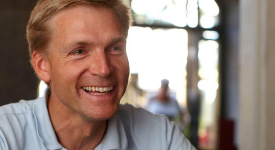 """""""Jeg vil foreslå, at hvis bankerne medvirker til, at erhvervskunder bedre kan få lån, og at de kan få det til en rente, der svarer mere til Nationalbankens rentenedsættelser, så kan pengene fra bankpakken blive betalt tilbage til bankerne alt efter, hvordan de har indbetalt penge og ageret på rentenedsættelserne,"""" siger Kristian Thulesen Dahl, der er formand for Folketingets magtfulde finansudvalg."""