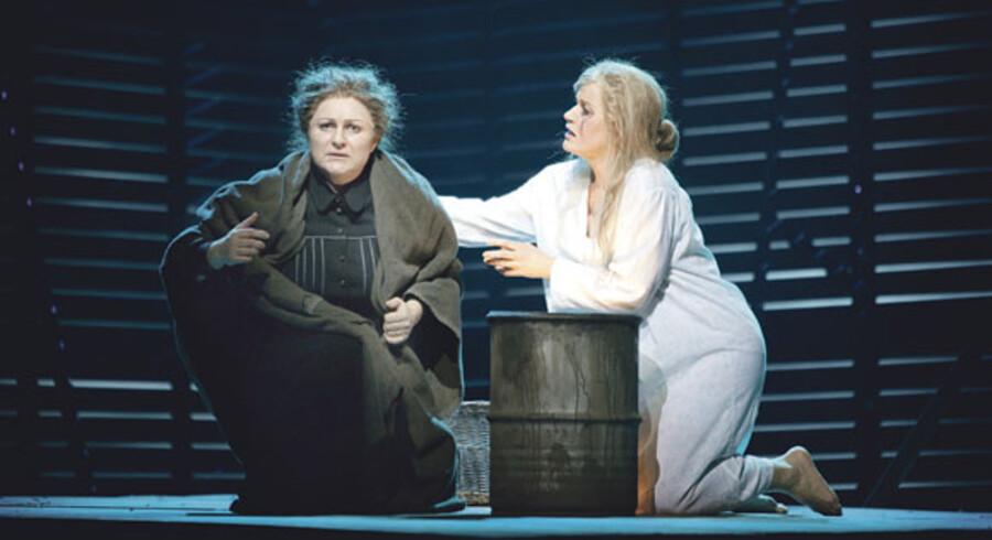 Malmø Operas seneste satsning bæres af to skandinaviske stjernesangerinder: Gitta-Maria Sjöberg som moralvogtende plejemor (tv.) og Erika Sunnegårdh som arret smertensbarn. Førstnævnte har i øvrigt selv sunget titelrollen på Det Kongelige Teater flere gange.