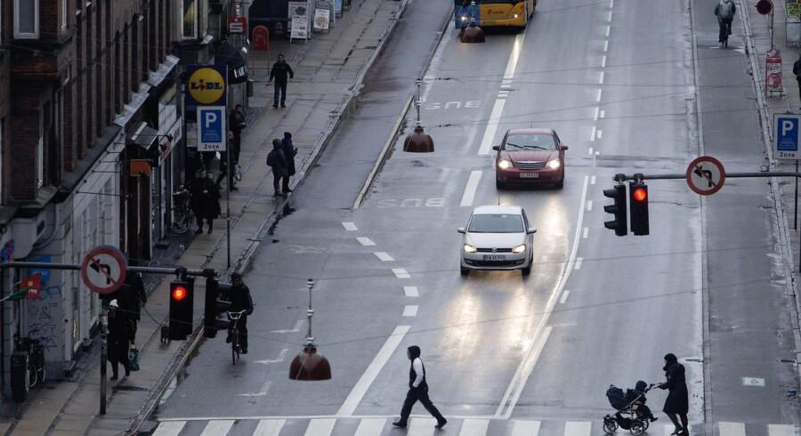 Gaderøverier har været et stigende problem de senere år. Nu mener Politiet at have knækket kurven. Politiet har været massivt til stede i de områder, hvor mange gaderøverier begås f. eks her på Amagerbrogade.