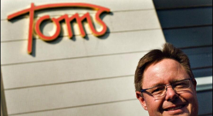 Direktør Jesper Møller fra Toms Fabrikker viser et nyt produkt frem.