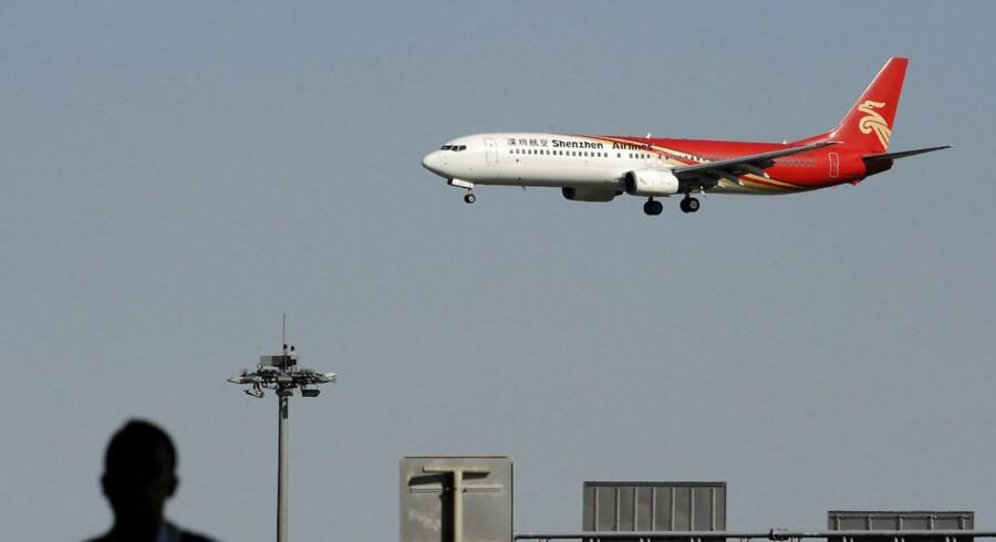 Her ses et Shenzhen Airlines-fly på vej til landing i den kinesiske hovedstad Beijing.