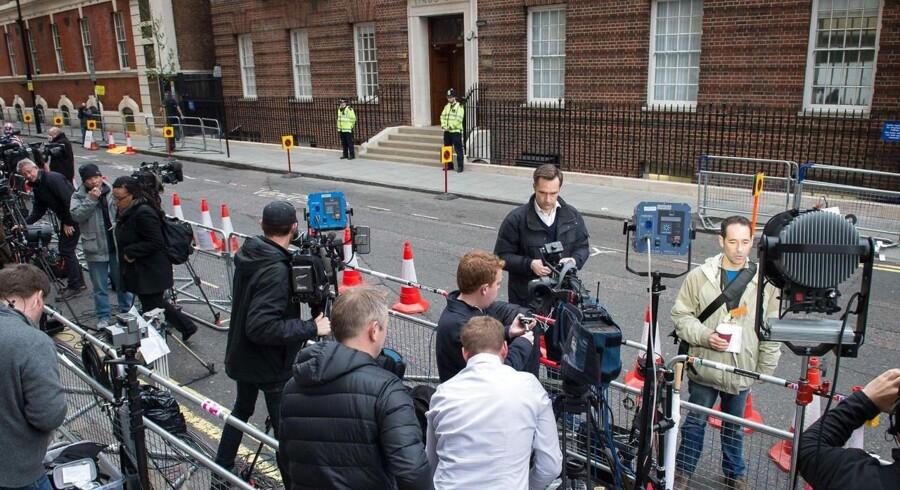 Journalister hat taget opstilling uden for St Mary's i London.