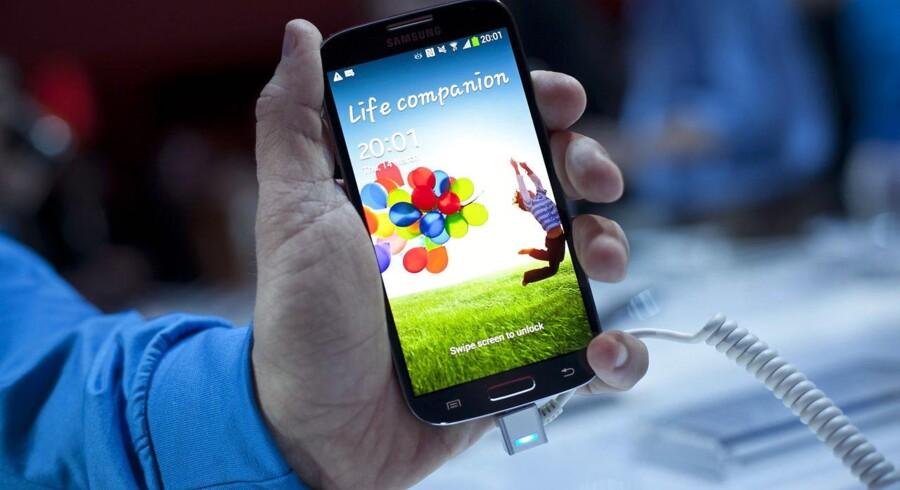Galaxy S IV er Samsungs nye toptelefon. Den er på vej ud i hele verden nu og har en skærm på fem tommer med en opløsning på 1.080p, en 1,9 GHz-firkerneprocessor, et kamera med en opløsning på 13 megapixler og kommer med den nye version af Android-mobilstyresystemet. Arkivfoto: Allison Joyce, AFP/Scanpix