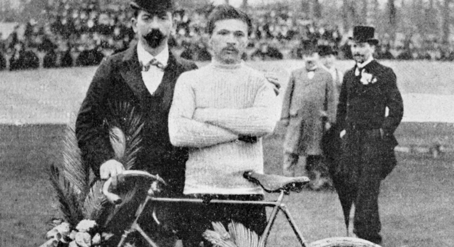 Tour de France husker os på, at arbejde engang var et hårdt slid og holder ideen om helte i live i en ellers uheroisk tid, mener den tyske filosof Gunter Gebauer. Maurice Garin (i midten) vandt to gange Paris-Roubaix (1897-98) før han vandt Tour de France i 1903.