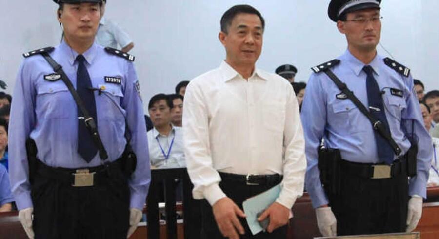 Bo Xilai så ikke voldsomt berørt ud, da hans livstidsdom i går blev læst op i retten i Jinan i Shandong-provinsen. Den forhenværende toppolitikers liv har indeholdt drama nok til en hel TV-serie, og skuespillet fortsatte helt ind i retten, hvor myndighederne efter sigende har gjort sig stor umage for at finde kinesiske retsbetjente, der er højere end Bo Xilais 186 centimeter.
