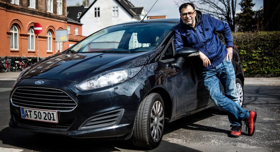 Mig og bilen - Omar Marzouk med sin Ford Fiesta.