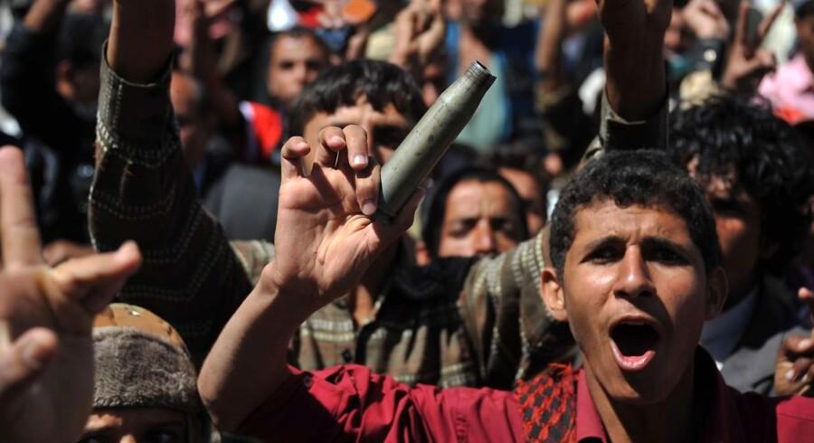 Yemenitter demonstrerer mod regeringen - her et billede fra i går, 20. oktober.