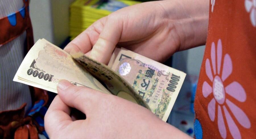 Yennen styrkes til 99,93 yen for en dollar.
