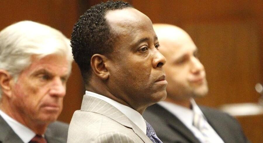 Conrad Murray - Michael Jacksons læge - lytter til anklageren i retten i Los Angeles.