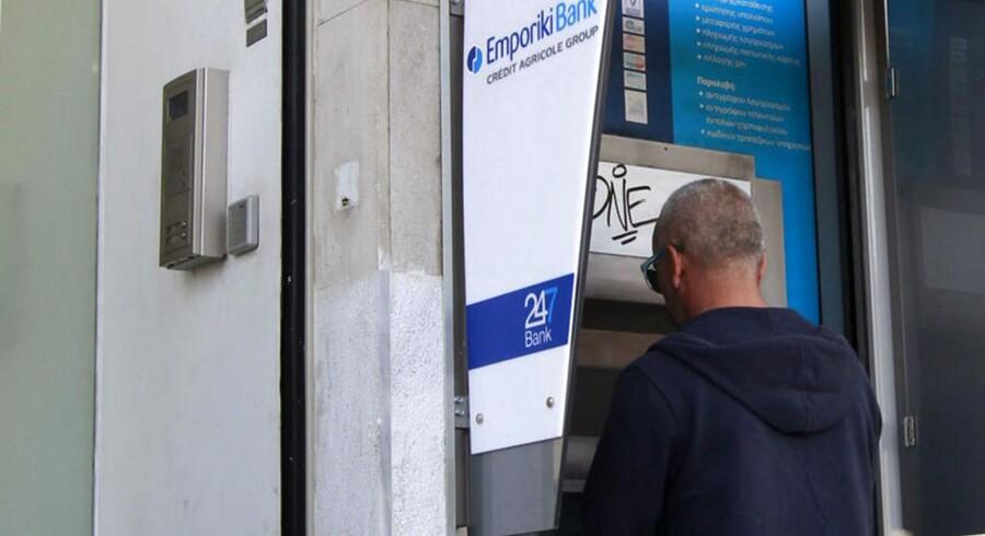 Folk trækker penge ud af de græske banker, mens franske Crédit Agricole overvejer at lade sin græske datterbank Emporiki Bank i stikken.