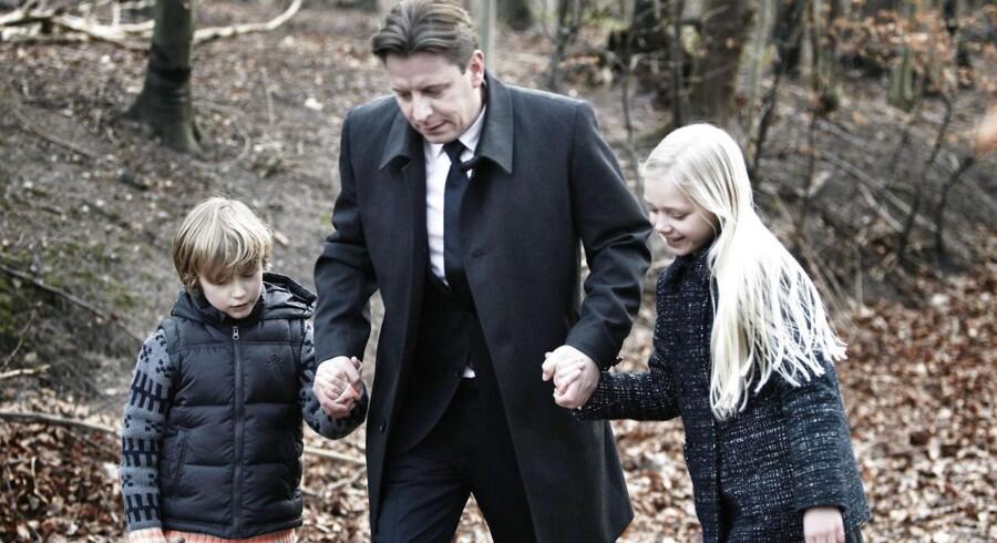 Familiedynastiets overhoved, Robert Zeuthen, spillet af Anders W. Berthelsen, sammen med børnene Carl og Emilie, spillet af Oliver Ternstrøm og Kaja Fjeldsted, inden dramatikken for alvor tager fart.