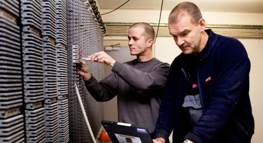 TDC-teknikere aner forsat ikke, om de skal eller ikke skal betale skat af deres udstyr fra 1. januar. Her er det TDC tekniker Ole Milian th. og Jacob Christiansen der arbejder med deres udstyr på et byggeri i Ørestaden.