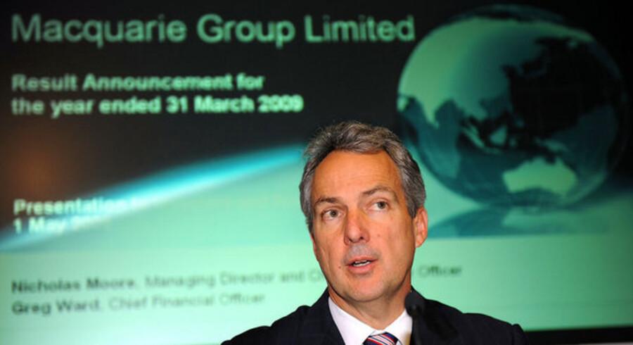 Macquarie-chef Nicholas Moore måtte ved regnskabsaflæggelsen i maj berette om et profitfald på hele 52 procent, og det er således en presset investeringsbank, der nu rygtes at ville sælge ud af sine aktiviteter.