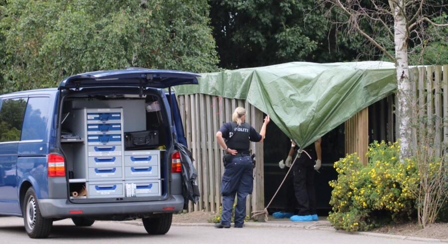 Politiets teknikere under stedet, hvor det lille hittebarn blev fundet: Ved containerme nær varmecentralen Baltorpvej 237 i Ballerup.