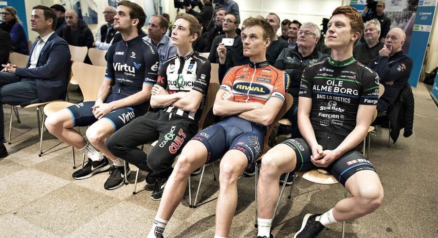 Jonas Vingegaard (nummer to fra venstre) har fået en toårig aftale med det hollandske hold LottoNL-Jumbo