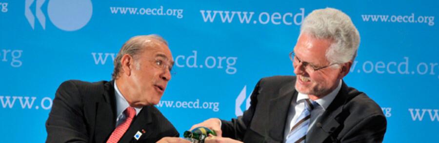 OECDs generalsekretær Angel Gurria (tv.) beskænkes af cheføkonom Jørgen Elmeskov.