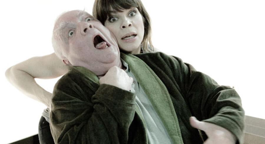 Ellen Hillingsø tager håndfast på rollen og på Troels II Munk i den spanske komedie »Far skal dø« på Husets Teater.