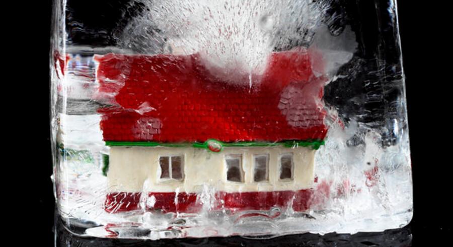 Det er blevet meget billigere at købe hus på grund af lavere priser og lavere rente, men boligmarkedet er stadig i dybfryseren.