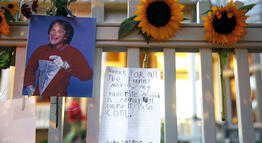 Den amerikanske filmstjerne Robin Williams er blevet fundet død i sit hjem mandag middag amerikansk tid. Han blev 63 år gammel. Angiveligt har den populære skuespiller taget sit eget liv. Efter den tragiske nyhed er fans valfartet til Robin Williams hjem og til Hollywood Walk of Fame, hvor der er blevet lagt blomster og hilsener.  Klik dig videre og se alle billederne.