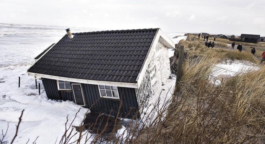 Stormen Egon blæste lørdag med vindstød af orkanstyrke over Nord- og Vestjylland. Søndag kunne skaderne så beses. Her er det Nørlev Strand ved Lønstrup i Nordjylland, hvor flere sommerhuse er på vej i eller allerede er skyllet i havet. Søndag middag var venner og bekendt til det næste truede sommerhus ved at tømme huset, før det ryger i havet